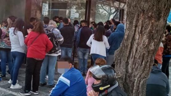 Sin distancia social en las colas de los bancos tucumanos