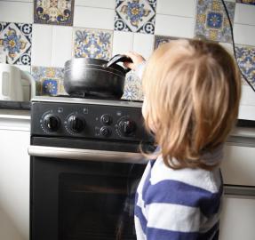 Chicos encerrados en casa: aumentan los riesgos y los accidentes domésticos