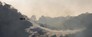 Humo y turbulencias: así vuelan los pilotos que luchan contra el fuego en San Javier