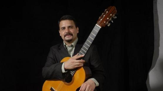 """""""Cuerdas al aire"""": guitarrista tucumano en un festival desde Perú"""