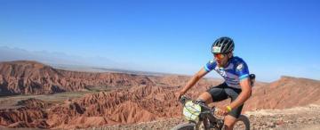 En bicicleta, pudo conquistar el desierto de Atacama