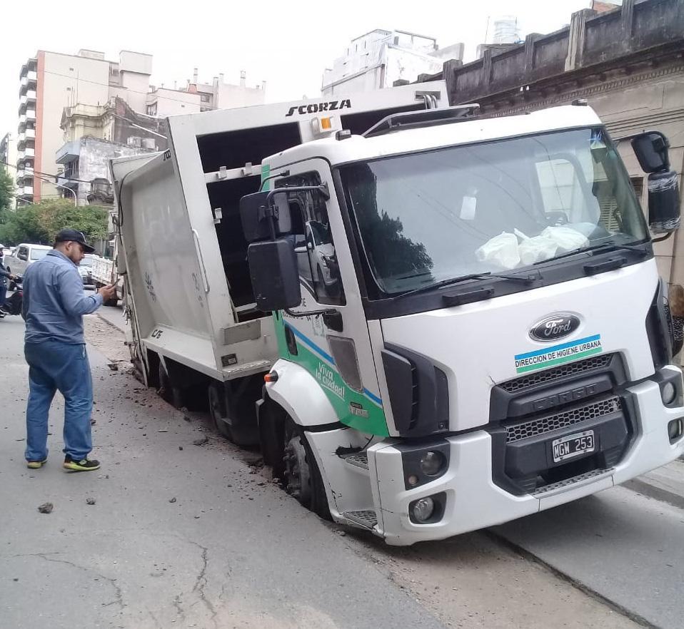 EN MARCOS PAZ AL 700. El camión de higiene urbana quedó hundido en el pavimento. Foto: gentileza Robert Robles