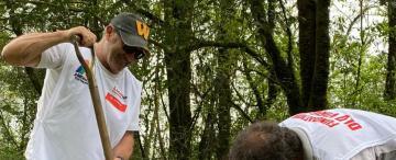Una caricia al pie del cerro: miembros de una fundación reforestan en San Javier