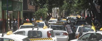 Pese a los huevazos, hoy aumenta la tarifa de taxis