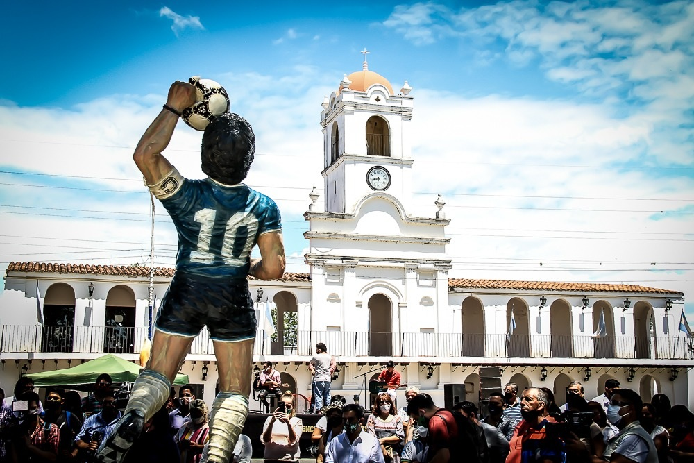 UNA POSTAL BIEN ARGENTINA. La imagen de Maradona fue ubicada frente a la réplica del Cabildo, que hasta ahora era la principal atracción del Parque Temático Histórico ubicado sobre la ruta 301.