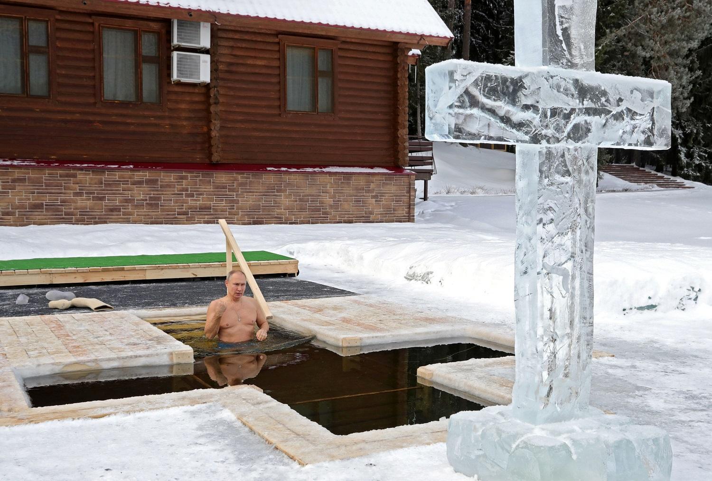 Putin se zambulle en agua helada en la Epifanía ortodoxa