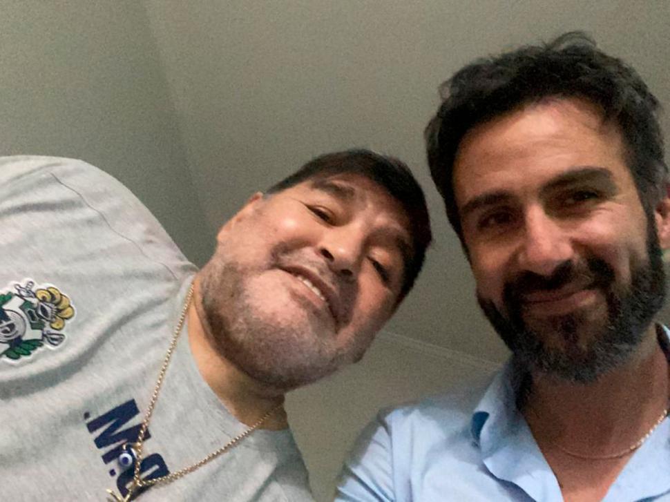 """TODO ERA DIFERENTE. Luque en una selfie junto con Maradona, cuando era DT del """"Lobo""""."""