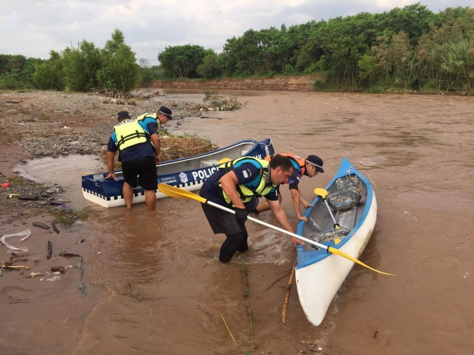 EN EL AGUA. Los efectivos de la Lacustre recorren el río crecido.