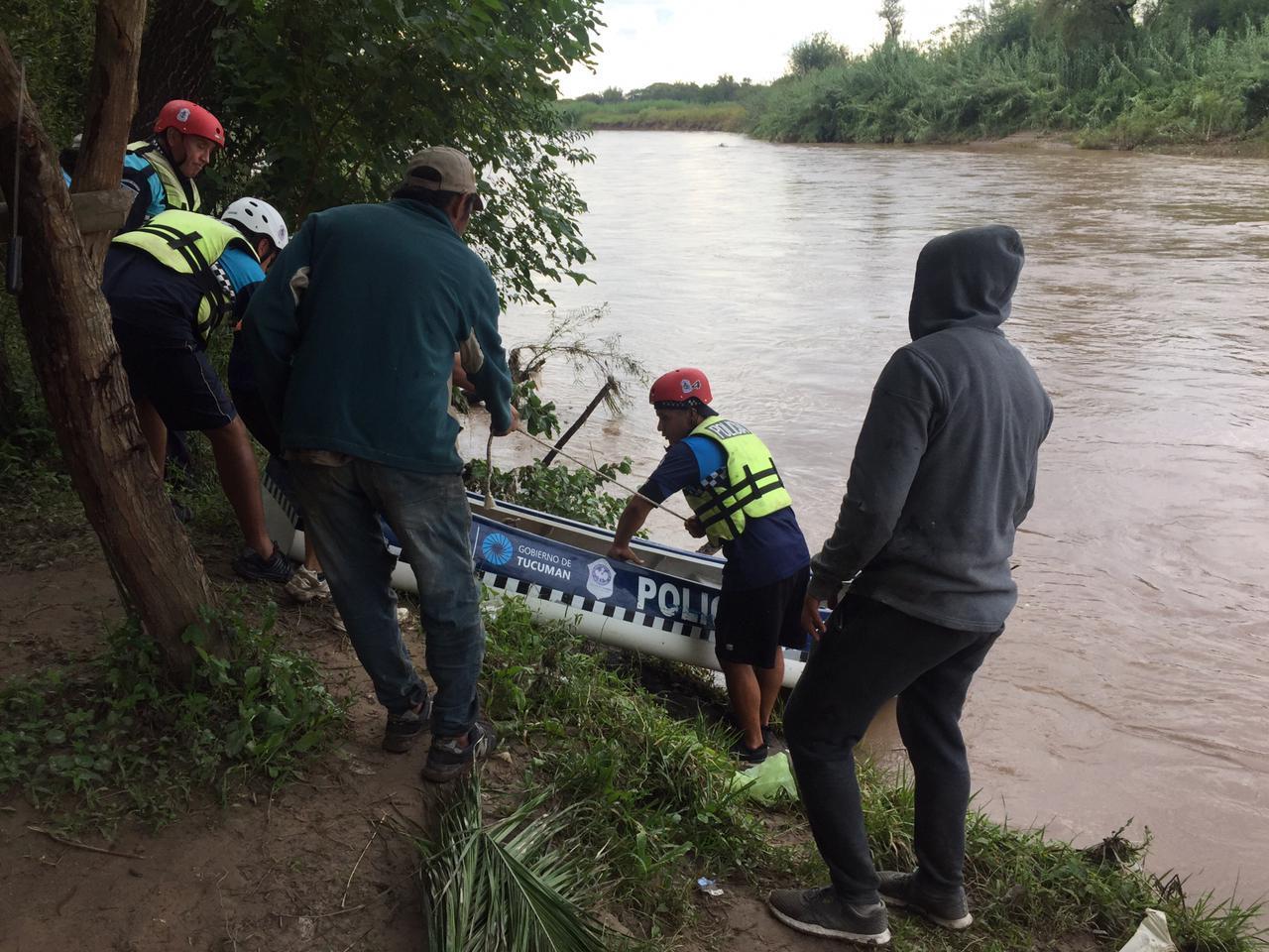 OPERATIVO DE BÚSQUEDA. Efectivos de la Policía Lacustre trabajan en el río para dar con Bolaño. Foto del Ministerio de Seguridad