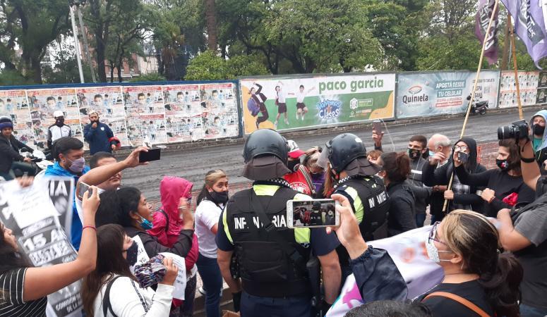 Gritos, forcejeos y empujones durante el reclamo de justicia por Paola Tacacho