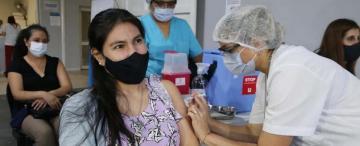 Aval a la vacunación y reclamos de controles en el sector privado