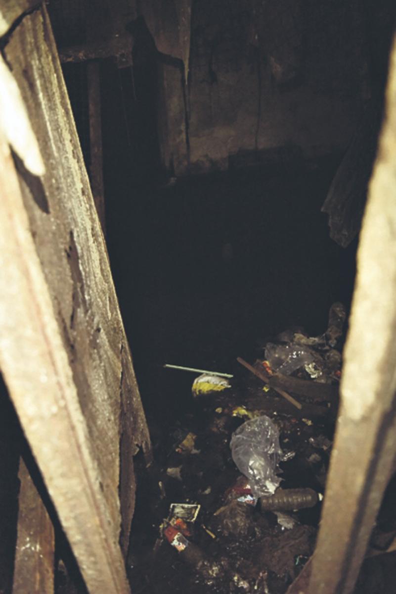 El subsuelo del Mercado del Norte, repleto de basura e inundado desde hace décadas