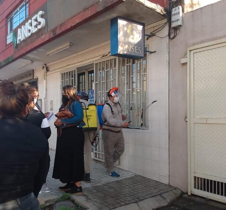 SANITIZACIÓN EN LULES. Empleados municipales rocían con productos químicos los espacios comunes de la ciudad. Foto: Facebook Municipalidad de Lules