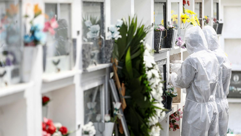 EN PORTO ALEGRE. Dos trabajadores sepultan a un hombre de 61 años fallecido por covid en Brasil. REUTERS