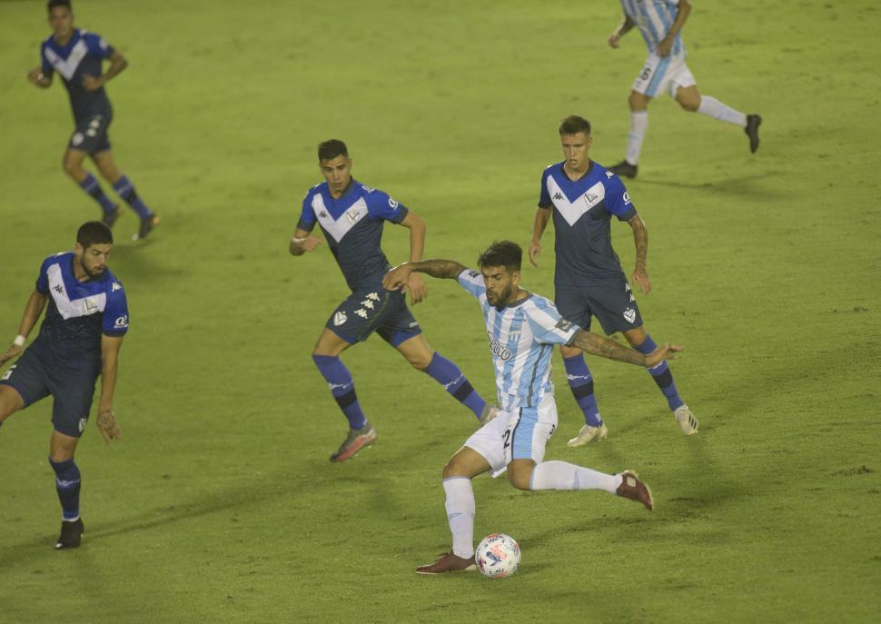 CONTRA TODOS. Javier Toledo es marcado por tres jugadores de Vélez. El delantero no marcó pero asistió y tuvo un gran partido en general, en la ofensiva.