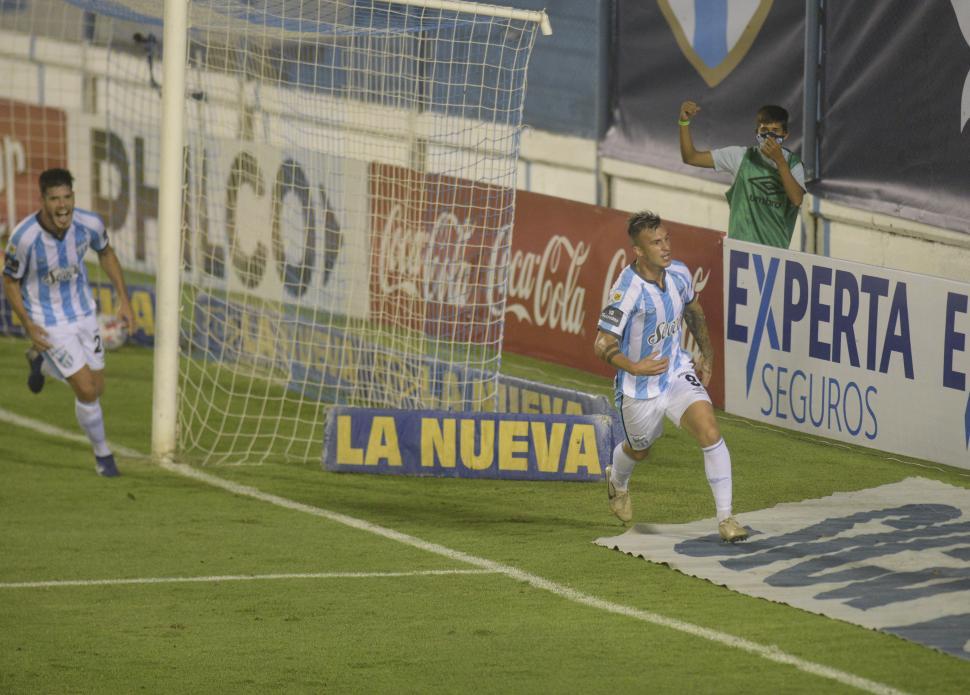 CAPTURÓ SU REBOTE. Lotti marcó luego de que Hoyos no pudiera contener el remate de Guillermo Ortiz, también en la foto.