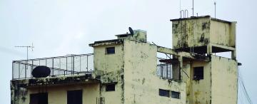 Paredes de edificios que acarrean años de olvido y afean la ciudad
