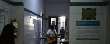Un enfermero les canta a los pacientes con covid-19 en Concepción
