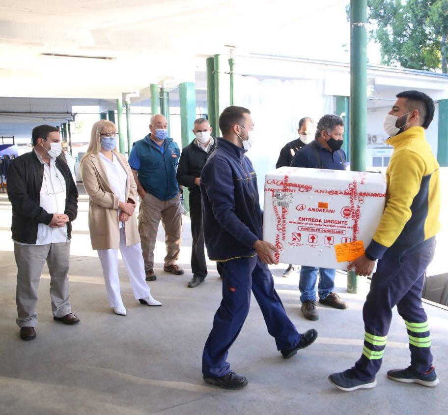 AUTORIDADES. La ministra Chahla y el médico Medina Ruiz supervisan la recepción del cargamento de Sputnik V en Tucumán. Foto de Prensa Salud