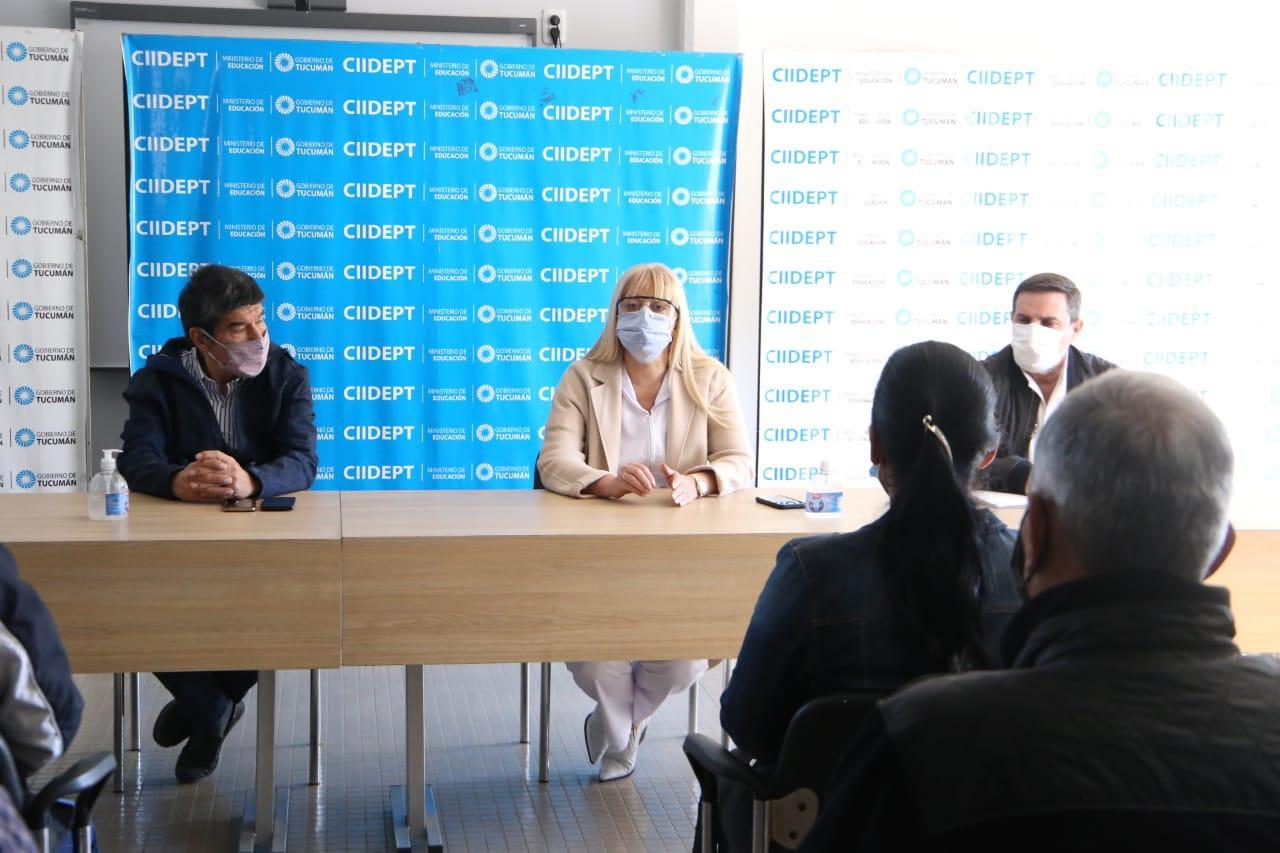 MINISTROS. Chahla (centro) encabezó la reunión, acompañada por Maley (Seguridad) y Acevedo (Interior). Foto de Prensa Salud
