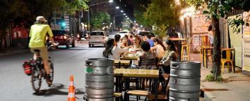 El fin de semana los bares y los restaurantes podrán abrir hasta las 22 en la Capital