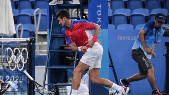 Novak Djokovic estalló de furia tras quedar eliminado en Tokio y rompió su raqueta