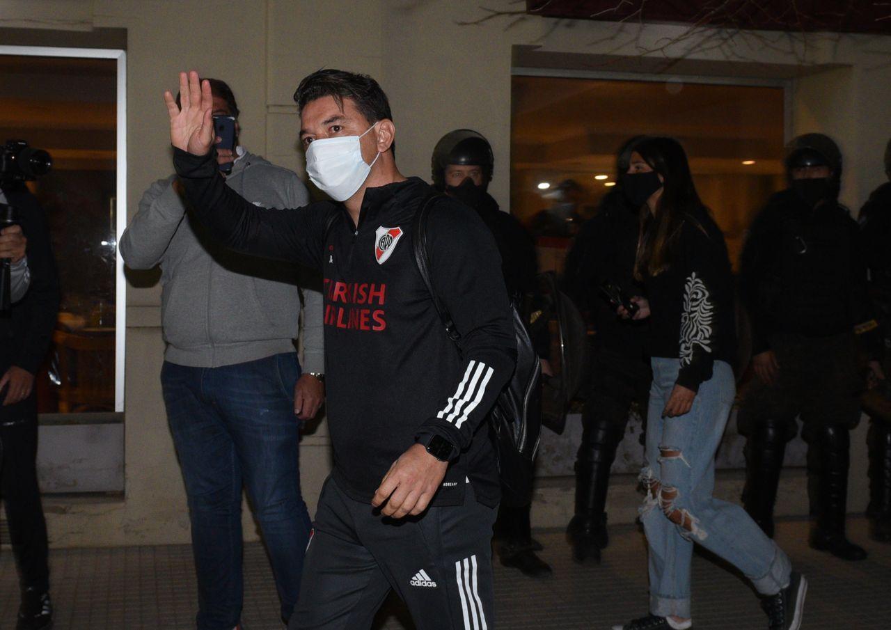en junn muneco gallardo saluda hinchas tras arribar junto al plantel foto prensa river 908847 091519