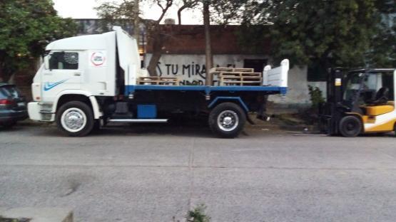 Camiones de un corralón generan caos y molestias en el tránsito, frente a una escuela