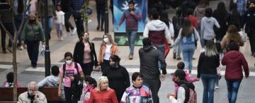 Habrá menos barbijos, pero la pandemia sigue