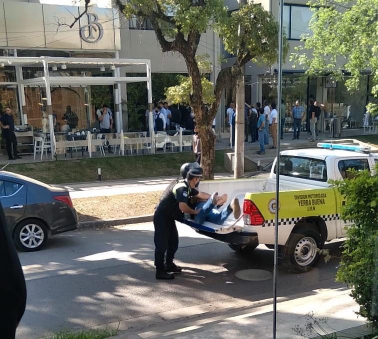 BAJO ARRESTO. El sospechoso de haber disparado contra una mujer en Yerba Buena es llevado a la comisaría.