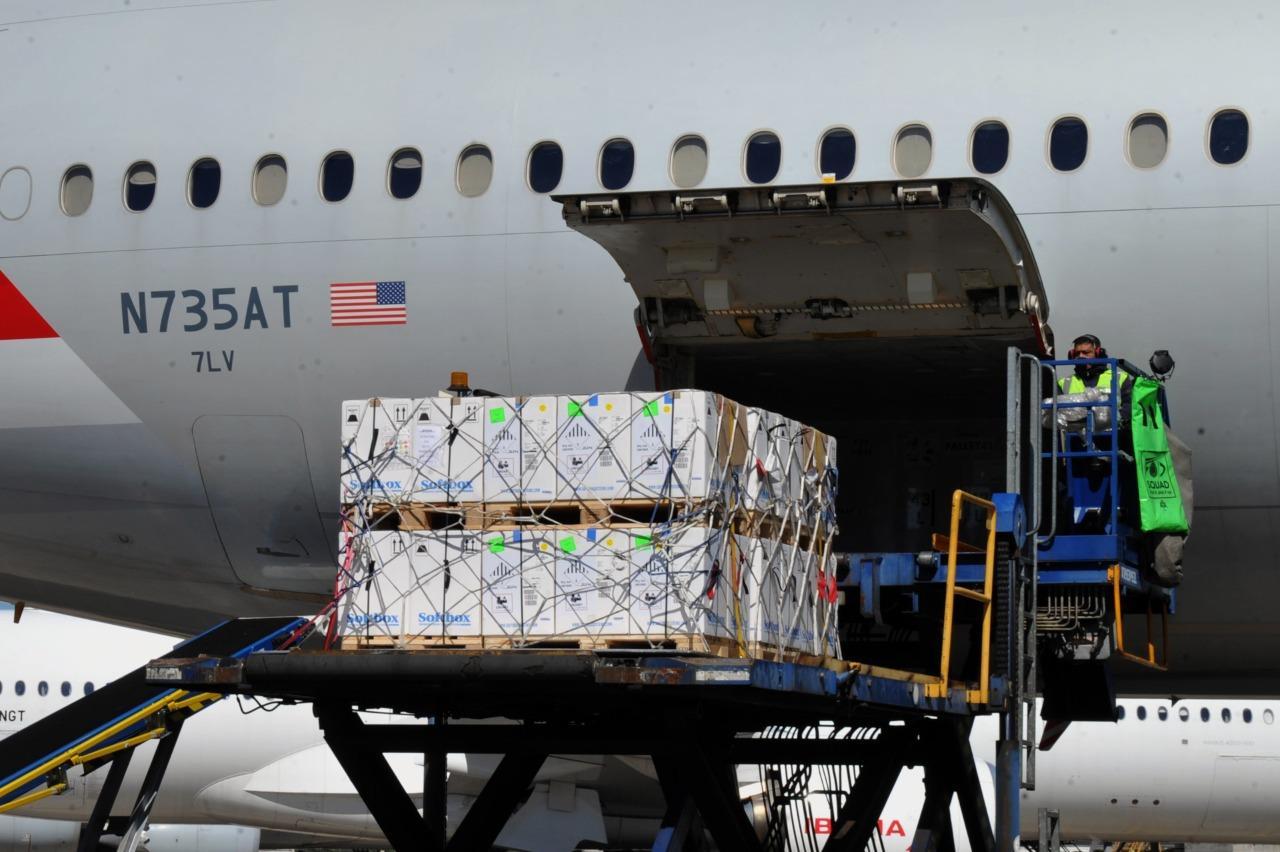 CARGAMENTO. Un lote de dosis de Pfizer llega al país. Foto de Presidencia de la Nación