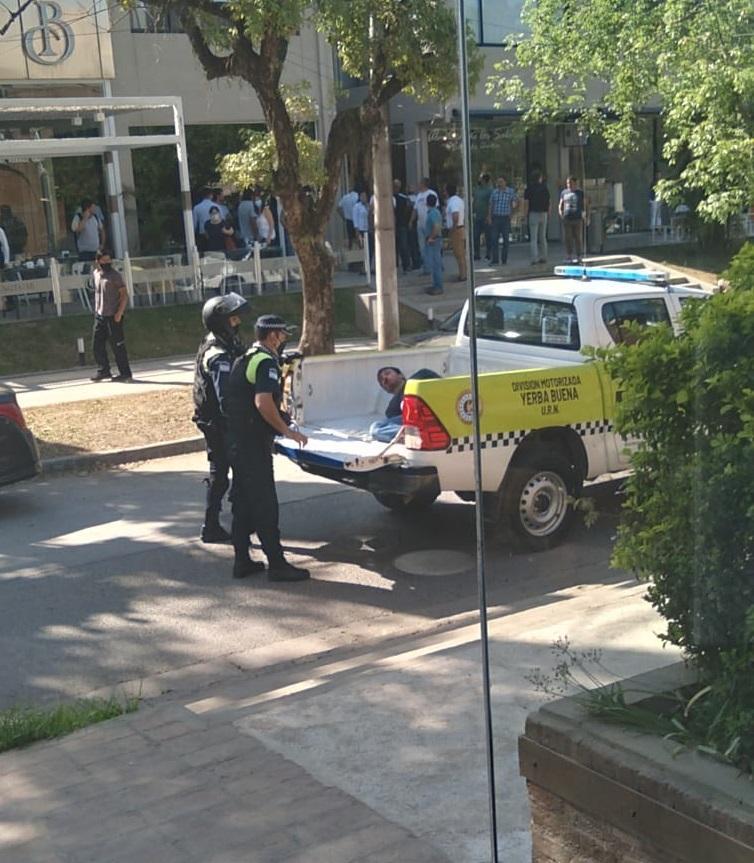 DETENCIÓN. El agresor fue arrestado luego del violento episodio en unas oficinas de Yerba Buena.