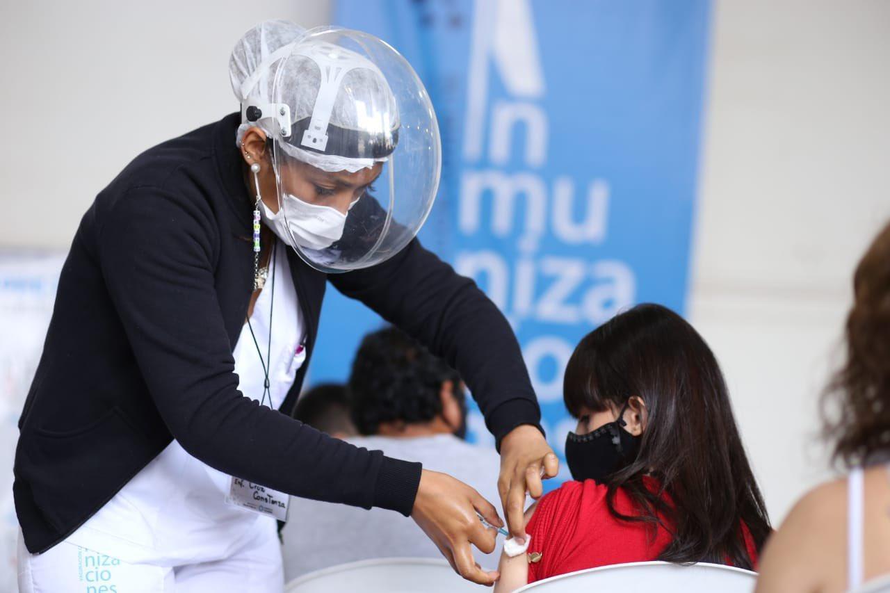 EFECTOS. Las vacunas ayudarán a disminuir los síntomas y la gravedad de los cuadros de coronavirus por Delta.