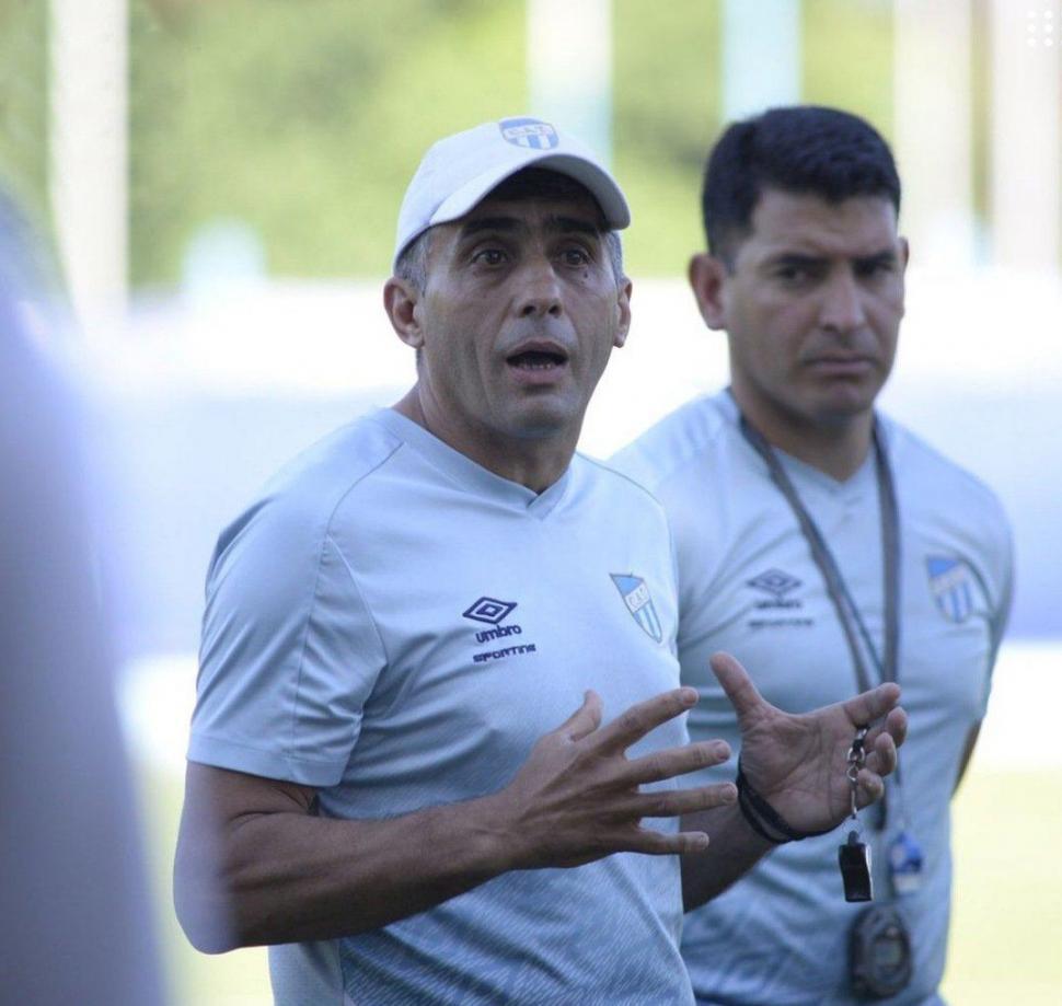 PRIMERA CHARLA. Anastacio y el PF Quinteros hablan con el plantel.