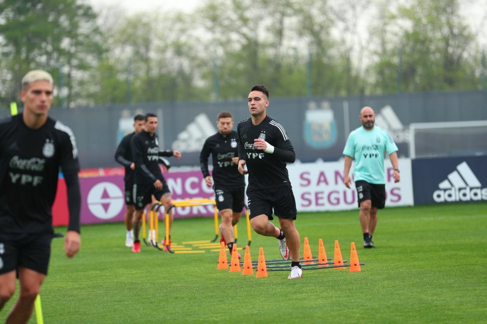 TITULARES. Lautaro Martínez estará en el ataque junto a Lionel Messi. Angel Di María volverá a estar en el 11 inicial. Twitter@argentina