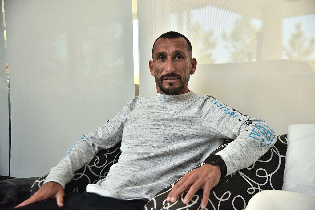 AHORA, DE CIVIL. Guiñazú se retiró hace poco tiempo y en ese ínterin fue ayudante de campo de Alexander Medina. El ex jugador sería el próximo técnico de Atlético.