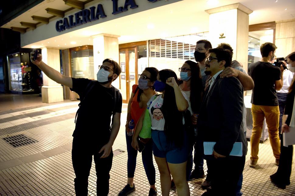LA SELFIE DEL MOMENTO. Los acompañantes del FIT con Juan Paz, al salir de LA GACETA.