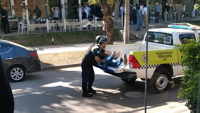 MOMENTO DE TENSIÓN. Dos uniformados hacen subir a la fuerza a Helguera en la caja de la camioneta.