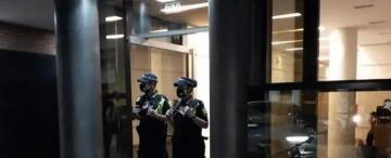 Los ladrones se dejaron un celular en el edificio